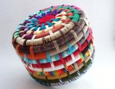 Segmented-Colorful Yarn Coiled Basket Inspiration for a DIY project Rope Crafts, New Crafts, Arts And Crafts, Rope Basket, Basket Weaving, Diy Yarn Flowers, Fabric Crafts, Sewing Crafts, Fabric Bowls