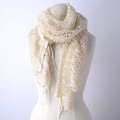【FAUSTA】キラキラした光沢のある白が上品な、パレオ風ニットストール。  裾についた長めのフリンジが涼しげな印象をプラスしています。
