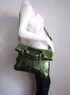 Versandbereit.  Dieses Angebot gilt für hell smaragdgrün Leder Handtasche / Umhängetasche / tote  Diese Tasche ist der echte Rindsleder gefertigt.  Diese Tasche sehr schick und funktional. Es hat zwei Taschen vorne und eine große Tasche mit magnetischen Snap auf der Außenseite. Der Innenraum hat zwei offene Taschen und eine Reißverschlusstasche. Sie können als Handtasche zu tragen oder Falten Sie es nach unten und verwenden Sie es als eine Umhängetasche. Größe: Breite 14 Zoll Höhe 15,0 Tiefe…