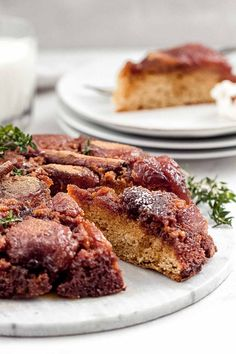 This caramelized upside down apple cake is perfect for special occasions: juicy and fruity, it is perfect for enjoying together with family and friends! Granny Smith, Cinnamon Apples, Cinnamon Sticks, Upside Down Apple Cake, Ober Und Unterhitze, Vanilla Ice Cream, Dessert Recipes, Desserts, Treats
