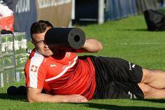 Montag, 3. Oktober 2016 Xherdan Shaqiri schaut ganz genau hin. Der Mittelfeldspieler ist wieder mit von der Partie, nachdem er den Auftakt gegen Portugal verletzungsbedingt verpasst hatte.