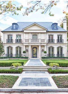 Grosse maison blanche ou vit la famille d'échange alors qu'elle vit dans la promiscuité.