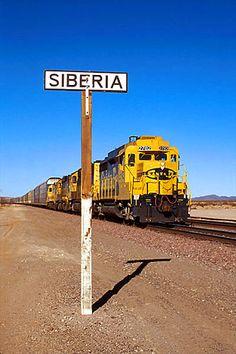 Santa Fe 2782 eastbound at Siberia, California. That's not so bad! Train Tracks, Train Rides, Bnsf Railway, Tramway, Burlington Northern, Train Art, Old Trains, Diesel Locomotive, Train Station