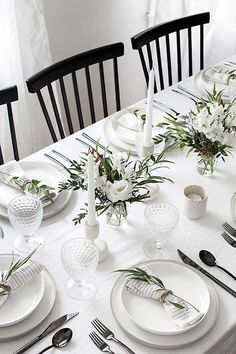 Easy ideas for creating a modern minimal table setting. Easy ideas for creating a modern minimal table setting. Beautiful Table Settings, Wedding Table Settings, Simple Table Setting, White Table Settings, Dining Table Settings, Place Settings, Lunch Table Settings, Dining Tables, Side Tables