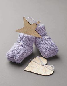 Met dit patroon kun je babyslofjes breien van Katia garen. De slofjes worden met de ribbelsteek en boordsteek gebreid, leuk voor beginners.