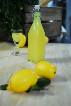 "Het lekkerste recept voor ""Limoncello"" vind je bij njam! Ontdek nu meer dan duizenden smakelijke njam!-recepten voor alledaags kookplezier! Smoothie Drinks, Smoothie Diet, Smoothies, Cocktails, Cocktail Drinks, Dessert Drinks, Fun Drinks, Desserts, Limoncello Drinks"