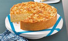 Apfel-Bienenstich-Torte Rezept: Ein fruchtiger Apfelkuchen mit einer knusprigen Mandeldecke - Eins von 7.000 leckeren, gelingsicheren Rezepten von Dr. Oetker!