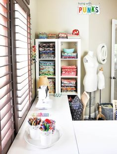 Organização perfeita neste espaço. Inspiração: estante