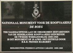 """De Boeg - Leuvehaven/Boompjes - Rotterdam. Een oorlogsmonument dat de 3500 opvarenden herdenkt van Nederlandse koopvaardijschepen die in de Tweede Wereldoorlog het leven verloren. Ontwerper: Fred Carasso. Onthulling 10/4/1957 door prinses Margriet. Aan de zijkant is de tekst: """"Zij hielden koers"""" aangebracht. Foto: G.J. Koppenaal - 2/5/2014"""