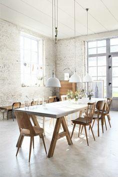 salle à manger contemporaine d'esprit loft avec murs en briques blancs