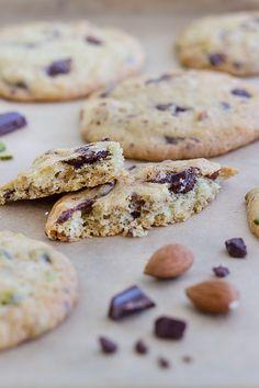 Chocolate Chunk Cookies gehen immer. Hier in der Variante mit dunkler Schokolade, Pistazien und Mandeln. Sehr einfach zu backen und lange haltbar.