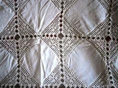 Toalha em linho e crochet toda manualmente. - à venda - Têxteis lar & Utilidades, Lisboa - CustoJusto.pt Filet Crochet, Quilts, Blanket, Design, Crochet Curtains, Crochet Doilies, Lisbon, Chic, Needlepoint