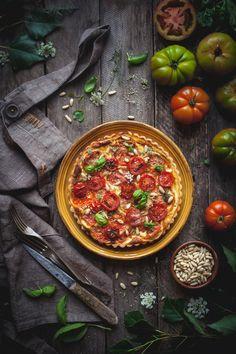 Food Nature and Photography Food Design, Pizza Menu Design, Quiche, Comida Pizza, Lunch Recipes, Healthy Recipes, Food Porn, Dark Food Photography, Creme Fraiche