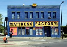 Why are there so many mattress stores in America? - Psychology Today 1: Running a mattress store instead of another type of retail establishment is often more profitable. 2: Mattress stores are not threatened by online shopping to the same degree as other retailers. 3: There was a lot of pent-up demand for new mattresses that is now being released as the economy improves and Americans feel more optimistic about their future.