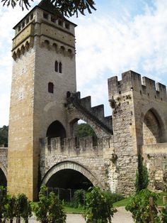 Pont Valentré, Cahors, France. Our tips for 25 Places to Visit in France: http://www.europealacarte.co.uk/blog/2011/12/22/what-to-see-in-france/