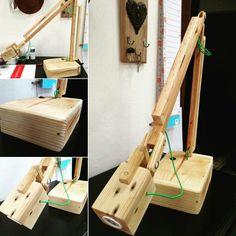 Luminária articulada  Peça inteiramente produzida em madeira de reaproveitamento (palet e sobras de trabalhos anteriores).