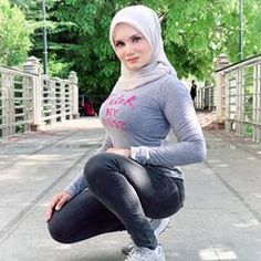 Arab Girls Hijab, Girl Hijab, Muslim Girls, Casual Hijab Outfit, Hijab Chic, Beautiful Muslim Women, Beautiful Hijab, Hijab Jeans, Cute Asian Girls
