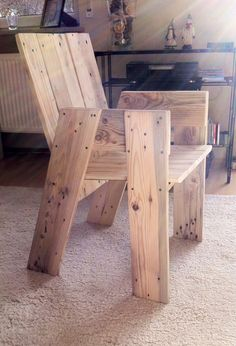 Cadeira Pallet furniture - chair made from one euro pallet. How on earth is the back panel supported on this? I just can't work it out & that'sannoying me no end as the chair looks really good, anyone have an idea ;)