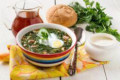 Okroshka. Si tratta di un piatto russo molto apprezzato in tutta l'Europa dell'Est, da servire dopo qualche ora di riposo in frigorifero; patate, uova e carne sono tagliati a cubetti e bolliti, poi uniti a cetrioli e ravanelli; le spezie sono molte: aneto, pepe nero, erba cipollina. A conferire cremosità al composto, una ricca porzione di yogurt greco o di panna acida.