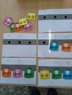 Hang de boekentas aan het juiste haakje, met de symbolen van de kleuters *liestr*
