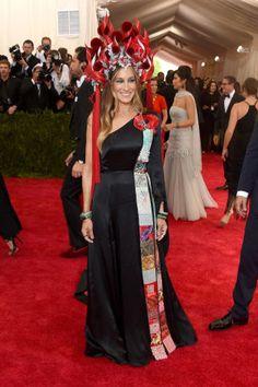 95 amazing Met Gala red carpet looks: Sarah Jessica Parker in H&M and Philip Treacy