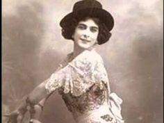 Pastora Imperio, bailaora sevillana - aunque también recitaba y cantaba - es una de las figuras más representativas del folclore flamenco.