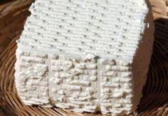 """RICOTTA ROMANA DOP - Esistono 3 diverse tipologie di ricotte: quella fatta con di latte di pecora, oggi riconosciuta dall'UE come """"ricotta romana DOP"""", quella di latte di mucca e quella mista. Tutte sono fatte con il siero residuato dopo aver prelevato la cagliata con la quale si preparano i vari tipi di formaggio, con l'aggiunta di una qualità variabile di latte intero. La ricotta romana presenta una pasta bianca grumosa dal sapore dolciastro. La colorazione è giallo pallido. Può  essere…"""