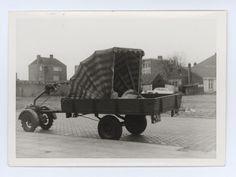 Son - Een serie van 8 foto's. : De moterwagen wordt gebruikt bij het verhuizen van gemeentelijke stukken van het oude naar het nieuwe gemeentehuis Auteur: niet vermeld - 1972