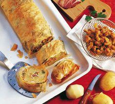 Erdäpfelstrudel mit Selchspeck - für das ausführliche Rezept auf das Bild klicken! Fresh Rolls, Potatoes, Cheese, Snacks, Vegan, Cooking, Ethnic Recipes, Empanadas, Baguette