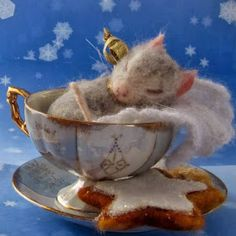 Needle Felted Art by Robin Joy Andreae: Frosty, Travelling Travis and Kenzie.I think if I were a mouse I'd love to sleep in a beautiful tea cup too :) Needle Felted Animals, Felt Animals, Cute Animals, Cup Crafts, Felt Crafts, Wet Felting, Needle Felting, Maus Illustration, Cute Christmas Cookies