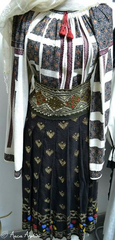 Historical Women, Hand Embroidery, Textiles, Costumes, Traditional, Clothes For Women, Mood, Facebook, Collection