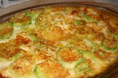 Cuketa zapečená s máslem, smetanou, vajíčkem, česnekem a kořením. Rychlé, jemné a lahodné zároveň!