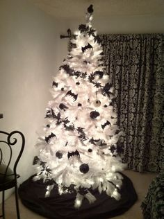20 Black Christmas Tree With Gothic Style - Styles & Decor Halloween Christmas Tree, Disney Halloween Decorations, Nightmare Before Christmas Decorations, Black Christmas Trees, Holiday Tree, Christmas Tree Decorations, Holiday Decor, White Xmas Tree, Halloween 2016