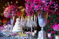 Casamento moderno: mesa do bolo de casamento