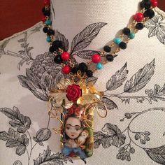 Completamente inspirada! #orfebresvenezolanos #pintura #porcelana #miobras #minicuadros #pintadosamano #handmade #orafo #LavatiLoversVIP #Frida #Lavativarios #flowers #metalsmith www.lavativarios.com #desdemiAtelier #necklace #collar #Frida #goldplated #piezaunica #orfebresVenezolanos #TalentoVenezolano #orfebreria #porcelana