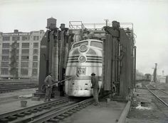 At the wash in Chicago, Illinois. Would pass through Galesburg, Illinois not long after. Locomotive, Galesburg Illinois, Gandy Dancer, California Zephyr, Chicago Pictures, Burlington Northern, Railroad Photography, Covered Wagon, Rail Car