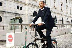 """""""Chego em 20 minutos a São Bento, encontro-vos lá"""". Este deputado na Assembleia da República vai para o trabalho vestido de fato e gravata, na sua bicicleta dobrável"""
