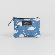 Mini pochette Flamingo - Woouf - Monoï, Flamingo ou Jungle… Un parfum d'exotisme vient habiller la collection de pochettes et de trousses designées par Woouf ! Véritables accessoires de style, ils multiplient les motifs en all-over pour un effet visuel résolument tendance qui vous accompagne partout.