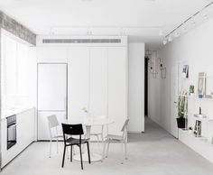 Here are list of the awesome minimalist apartment designs ever presented on sweet house. Find inspiration for Minimalist Apartment Design to add to your own home. Monochrome Interior, White Interior Design, Apartment Interior Design, Minimal Apartment, White Apartment, Futuristisches Design, Home Design, Design Ideas, Black And White Living Room