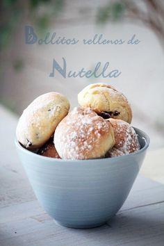Ingredientes: 1 cucharadita de Nuetella por cada bollito 5 huevos batidos 10 cl de leche tibia + 2 cucharaditas para pintar los bollos 250grs de mantequilla en