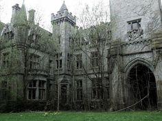 4- (Chateau Miranda – Celles, Bélgica) - O castelo foi construído originalmente por aristocratas franceses que fugiram da revolução. Durante e após a II Guerra Mundial, o Castelo Miranda foi usado como um orfanato. Foi abandonado em 1980, com a família que se recusou a permitir que as autoridades cuidassem da estrutura. Por causa de seu passado, este castelo assombrado continua a ser um favorito entre os caçadores de fantasmas.