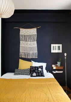 Sur un mur entier, le bleu indigo donne à la pièce du caractère et de la profondeur.