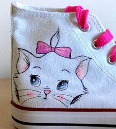 Niña zapatos personalizados MILU DISNEY. pintado a mano sobre lienzo con colores específicos para tela. También puede crear diseños personalizados, para cualquier información contactarme! disponible a pedido.