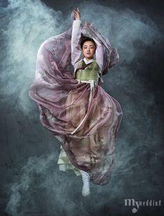 하늘하늘 선녀가 춤을 추듯 환상적인 Korean Traditional Clothes, Traditional Fashion, Traditional Dresses, Korean Dress, Korean Outfits, Korean Art, Asian Art, Oriental Fashion, Asian Fashion