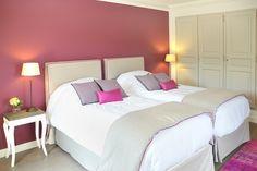 Découvrez l'atmosphère colorée et apaisante de la Chambre Figue du Château de Berne en #Provence #Var #R&C