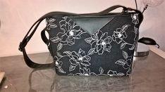 Sac Mambo lin noir brodé roses blanches de Laurence - Patron sac zippé Sacôtin
