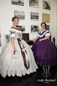 """Vestidos """"Early Victorian"""" ( 1860 ) em crepe bege e shantung marrom com rendas e babados e laços e vestido em tafetá violeta com rendas e babados. Era das crinolinas. Site: http://www.josetteblanchardcorsets.com/ Facebook: https://www.facebook.com/JosetteBlanchardCorsets/ Email: josetteblanchardcorsets@gmail.com josetteblanchardcorsets@hotmail.com"""