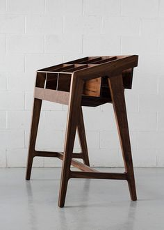 Originaire de Hokkaido au Japon, le designer Kai Takeshima, vit et travaille aujourd'hui à Montréal. Travaillant le bois dans toutes ses créations, Kai a u