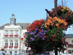 La mairie de Rocroi joliment fleurie.