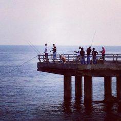 كلنا يرجوا صيد وبعضنا يمشي رويد فهم بسنارتهم و انا بعدستي المتواضعة جدا (at Corniche Jeddah | كورنيش جدة)